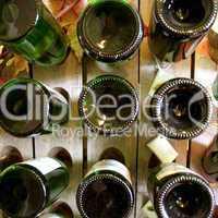 Rüttelbrett mit Flaschen / Old riddling rack, wine rack