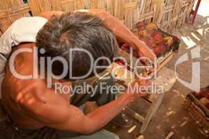 Mann verpackt Früchte, Peru