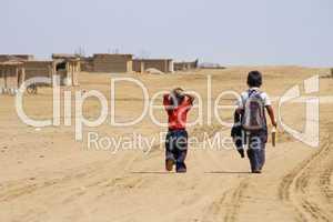 Schulkinder in Wüste