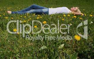 Frau auf Wiese / Woman lying on grass
