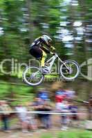 Weiter Sprung eines Downhill-Mountainbikers