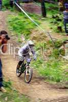 Downhill-Mountainbiker auf der Strecke
