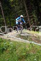 Downhill-Mountainbiker auf felsiger Strecke