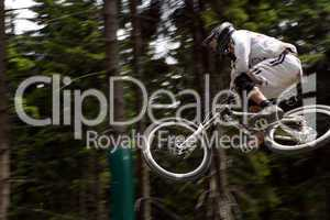 Nahaufnahme Downhill-Rennfahrer während eines Sprungs