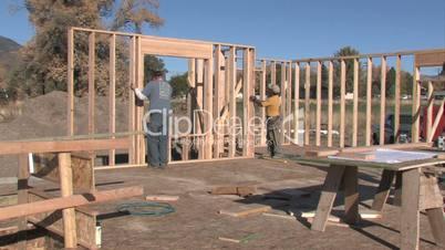 Zimmerer und Schreiner beim Hausbau