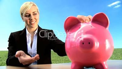 Frau mit Sparschwein 2