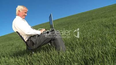 Mann mit Laptop 4