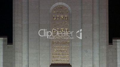 Tafel mit goldener Schrift auf Mormon Temple