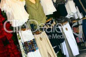 Marktstand mit Kleidung