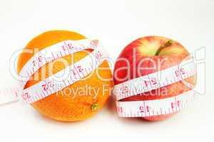 apfel und orange mit maßband