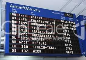 Ankunftstafel im Flughafen