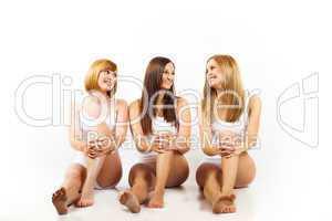 Drei Frauen sitzen