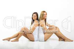 Zwei Frauen sitzen