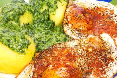 Spiegelei mit Kartoffeln und Spinat