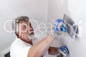 Handwerker verputzt eine Wand
