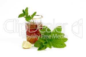 Tee mit Minzblättern und Zitrone