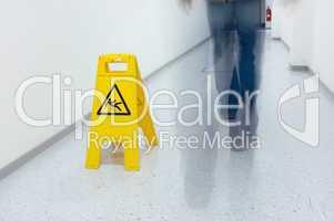 Warnhinweis glatter Fußboden