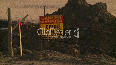 pipeline const open excav sign