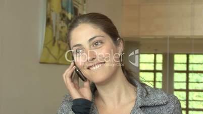 schöne junge Frau ruft ihr Handy