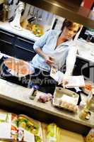 Frau beim Kochen in einer modernen Küche