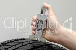 Profiltiefenmessung an einem Pkw-Reifen