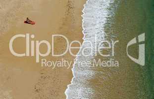 Einsame sonnende Frau am Strand