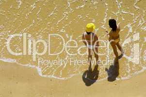Zwei Frauen am Strand, Vogelperspektive