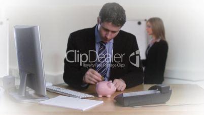 Mann zählt Kleingeld in ein Sparschwein