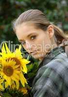 Junge Frau mit Sonnenblumenstrauß