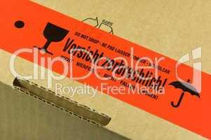 Paket mit Aufkleber Vorsicht zerbrechlich