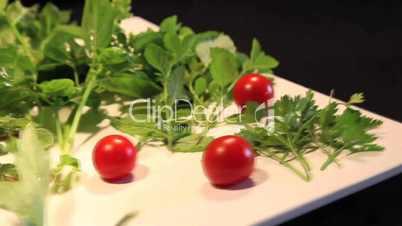 Teller mit versch. Gartenkräuter und Tomaten