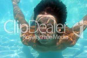 Frau taucht unter Wasser