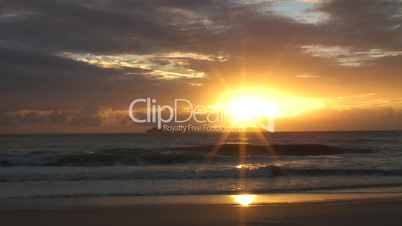 Sonnenaufgang am Meer mit Insel - Brasilien