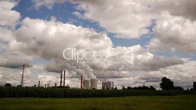 HD1080p Kraftwerk im Grünen mit Wolken am Himmel (Zeitraffer)