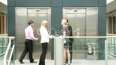 Geschäftsleute vor dem Fahrstuhl