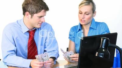 Geschäftsleute zählen Geldscheine