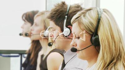 Menschen telefonieren mit Headset