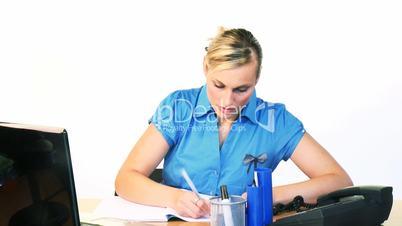 Junge Frau  am Schreibtisch.