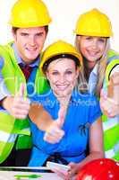 Junge Menschen mit Schutzhelm im Büro