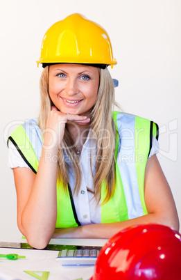 Frau mit Schutzhelm im Büro
