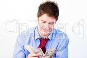 Mann zählt Geldscheine