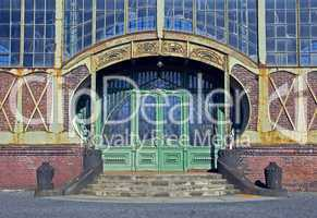 .Jugendstiltür eines alten Maschinenhauses -.Ancient art nouveau door of an old coal mine