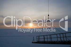 Sonnenuntergang auf dem Eis am Polarkreis