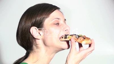 Frau isst Pizza