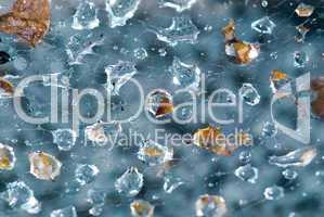 Regentropfen im Spinnennetz