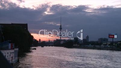 Sonnenuntergang über der Skyline von Berlin (im Zeitraffer)