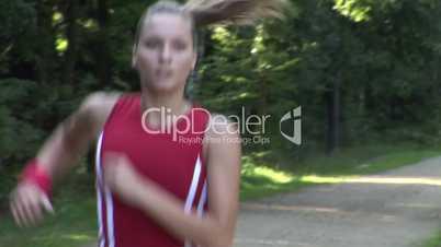 HD1080i Junge atraktive und sportliche Frau trainiert