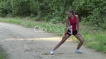HD1080i Junge sportliche Frau macht Dehnübungen