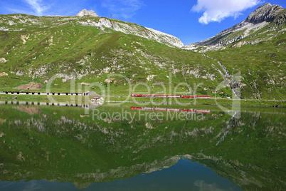 Eisenbahn mit Bergsee im Vordergrund