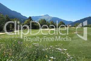 Golfplatz eingebettet in schöner Landschaft